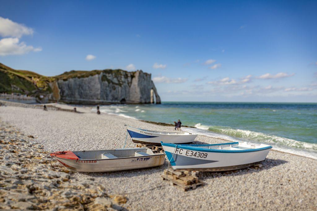 Veneitä hiekalla Ranskan rannikolla.