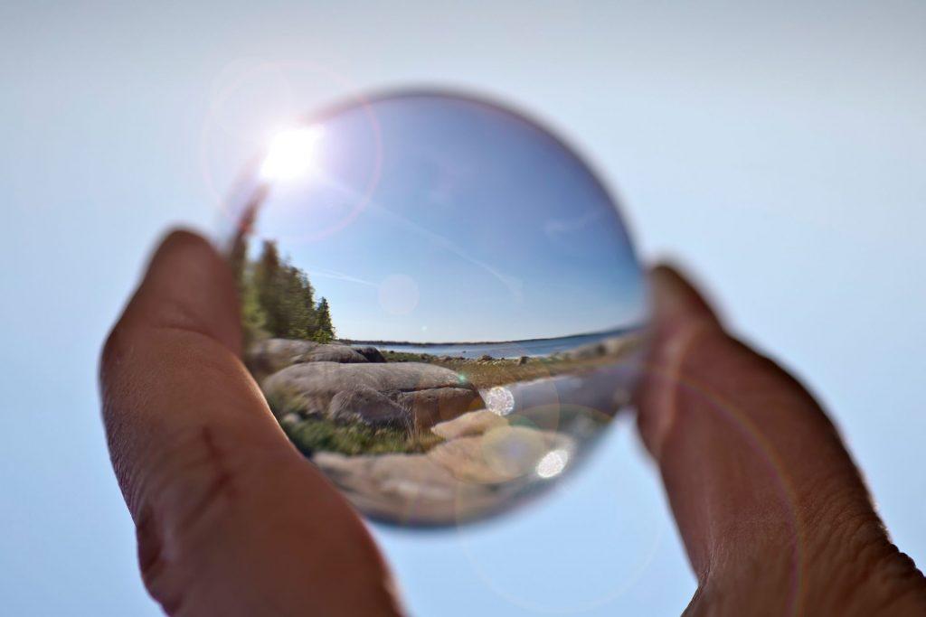Loimu - tulevaisuuden tekijät, lasipallo kädessä merimaisema